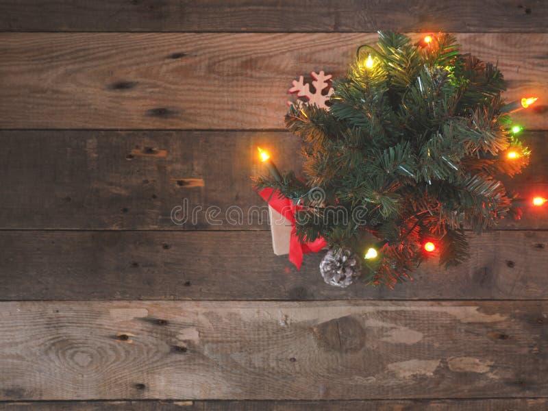 Contenitori di regalo sotto l'albero di Natale fotografia stock