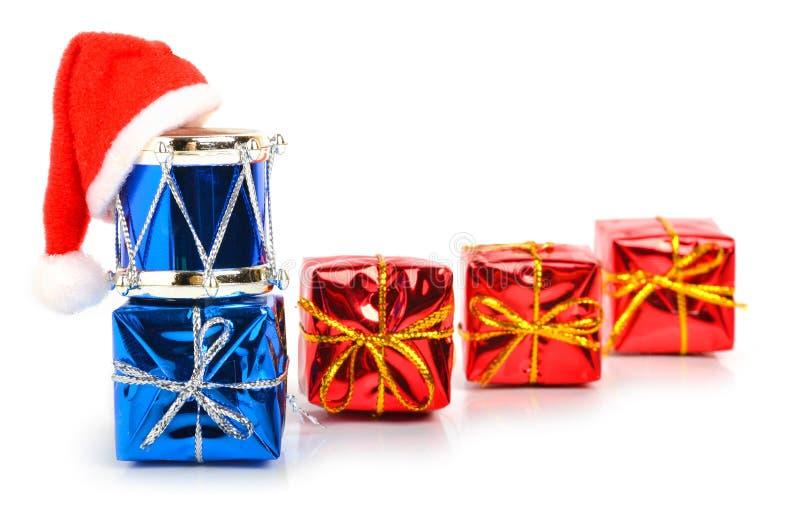 Contenitori di regalo, tamburi del giocattolo e cappello di natale fotografia stock libera da diritti