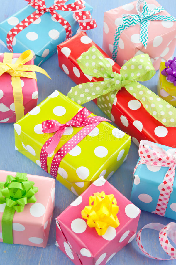 Contenitori di regalo variopinti avvolti in carta punteggiata fotografia stock
