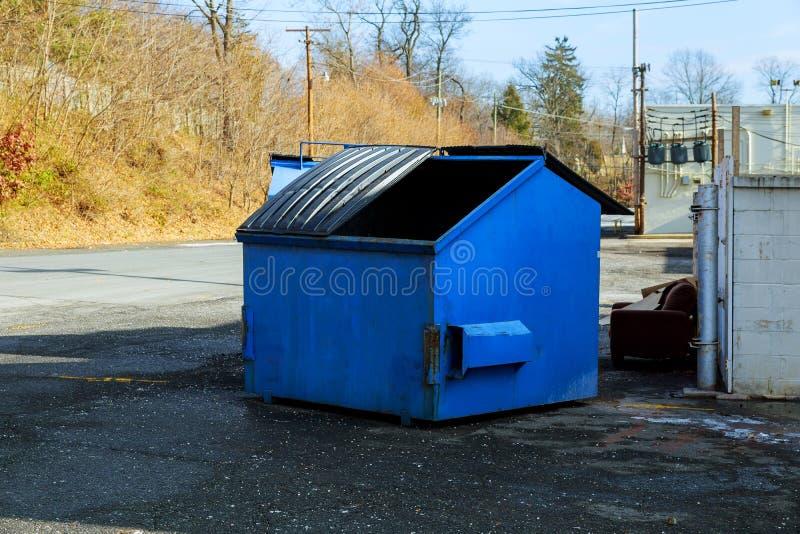 Contenitori di rifiuti per la raccolta rycyclable immagini stock libere da diritti