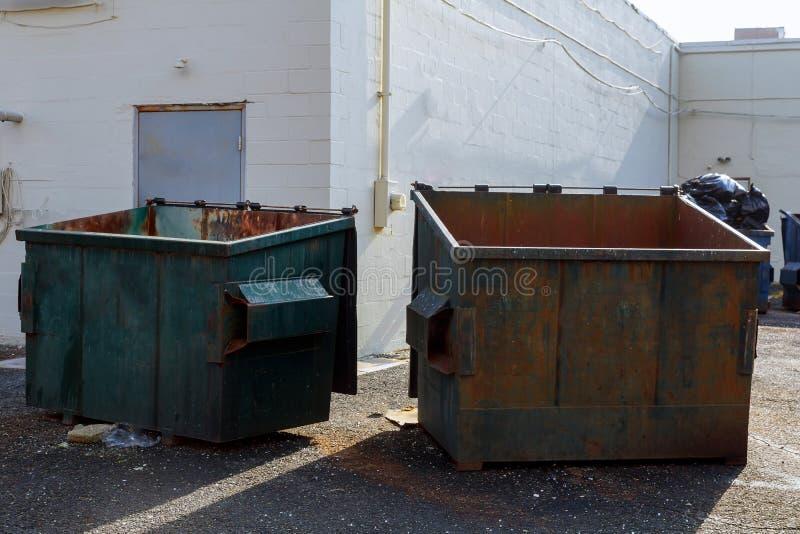 Contenitori di rifiuti per la raccolta rycyclable selettiva fotografia stock libera da diritti