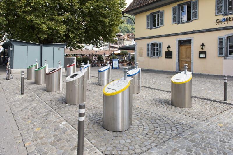 Contenitori di rifiuti selettivi nel centro di Thun, Svizzera immagine stock libera da diritti