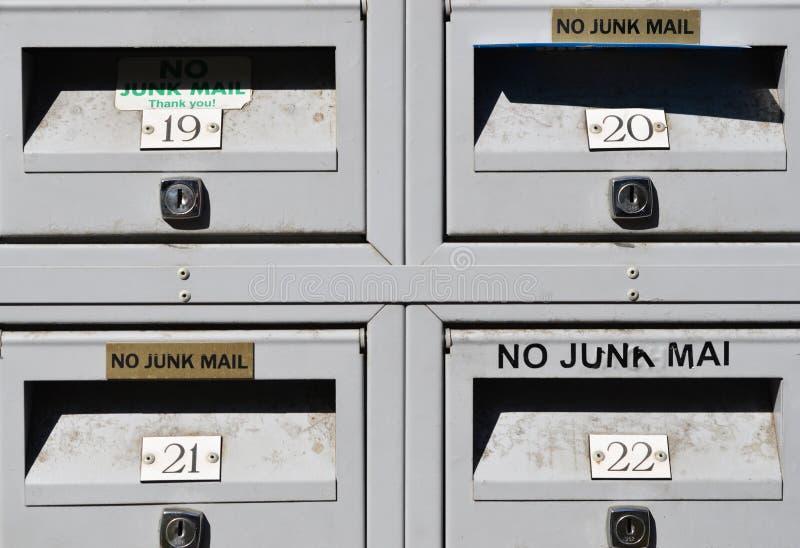 Contenitori di spedizione postale nessun segni della posta indesiderata fotografie stock libere da diritti