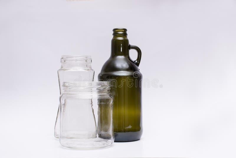 Contenitori di vetro delle forme differenti su un fondo bianco immagine stock libera da diritti