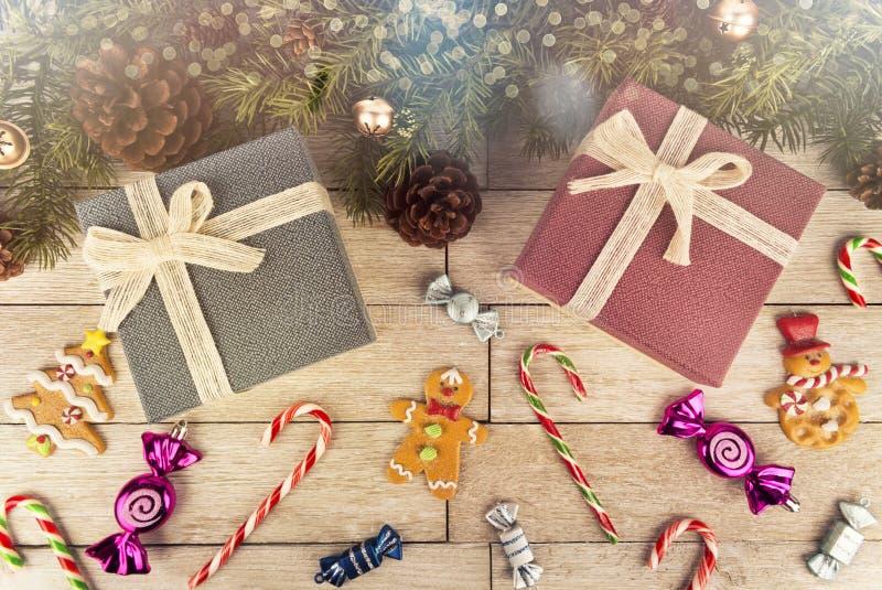 Contenitori e decorazione di regalo sotto l'albero di Natale, plancia di legno bianca nel fondo fotografie stock libere da diritti