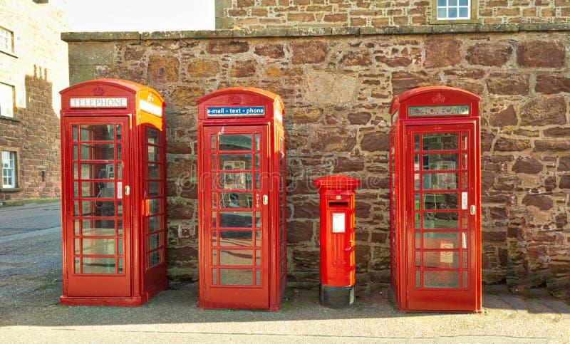 Contenitori rossi di telefono a George Inverness forte immagini stock