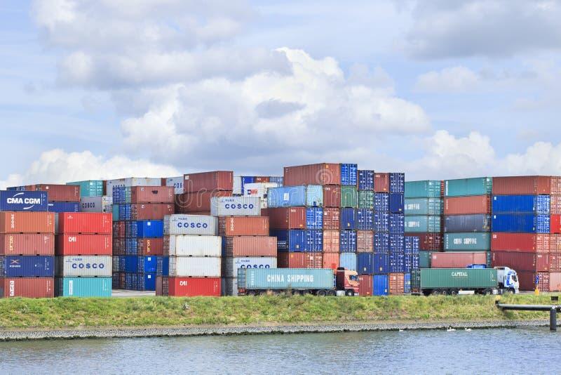 Contenitori su accatastati in porto di Rotterdam, Paesi Bassi fotografie stock libere da diritti