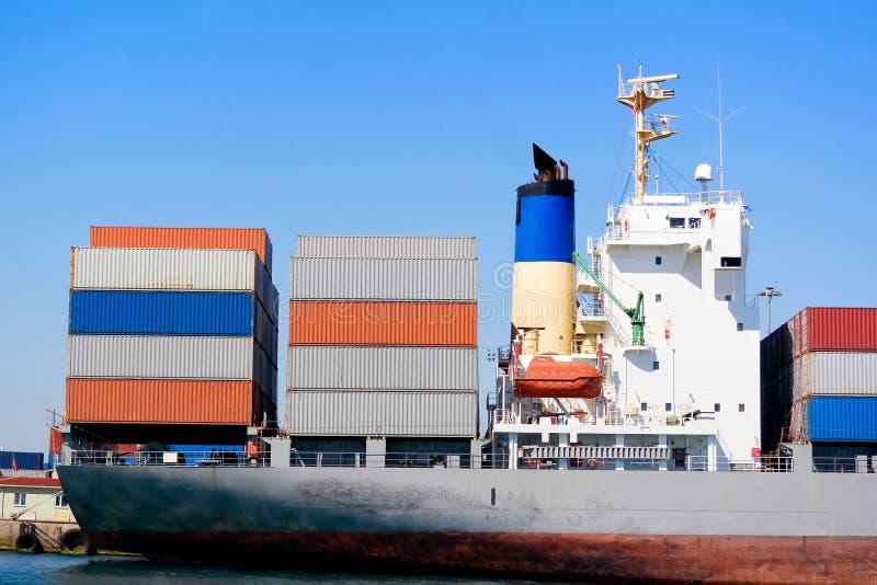 Contenitori sulla piattaforma della nave fotografie stock