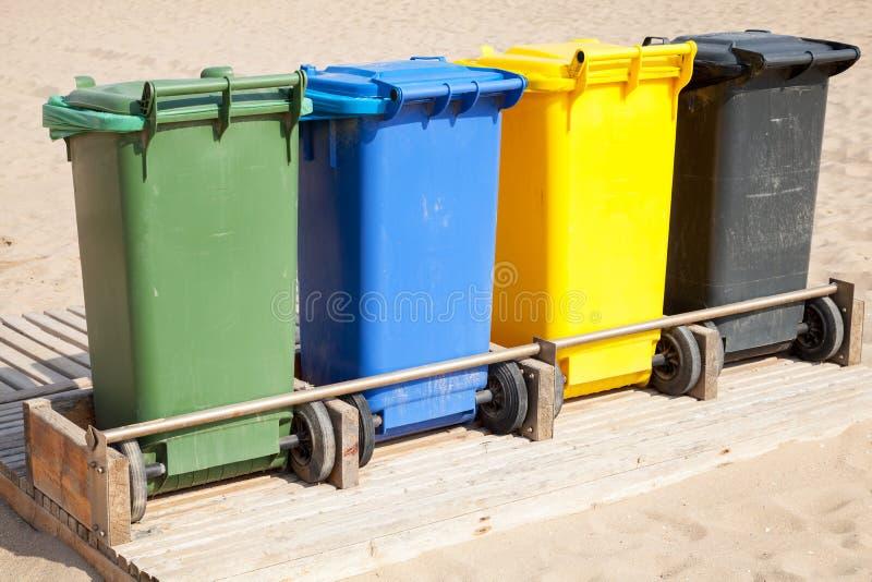 Contenitori in una fila per raccolta dei rifiuti separata immagine stock libera da diritti