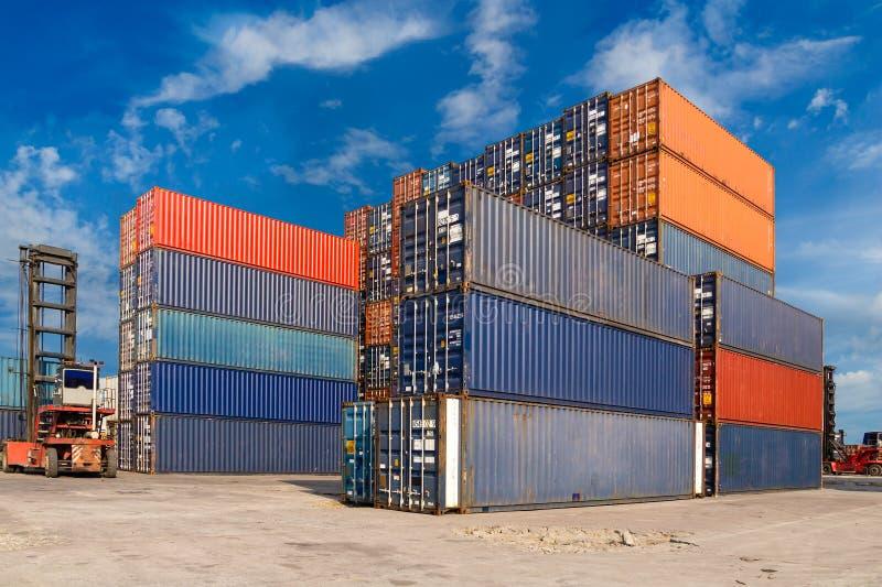 Contenitori variopinti impilati al terminale del trasporto del porto fotografie stock