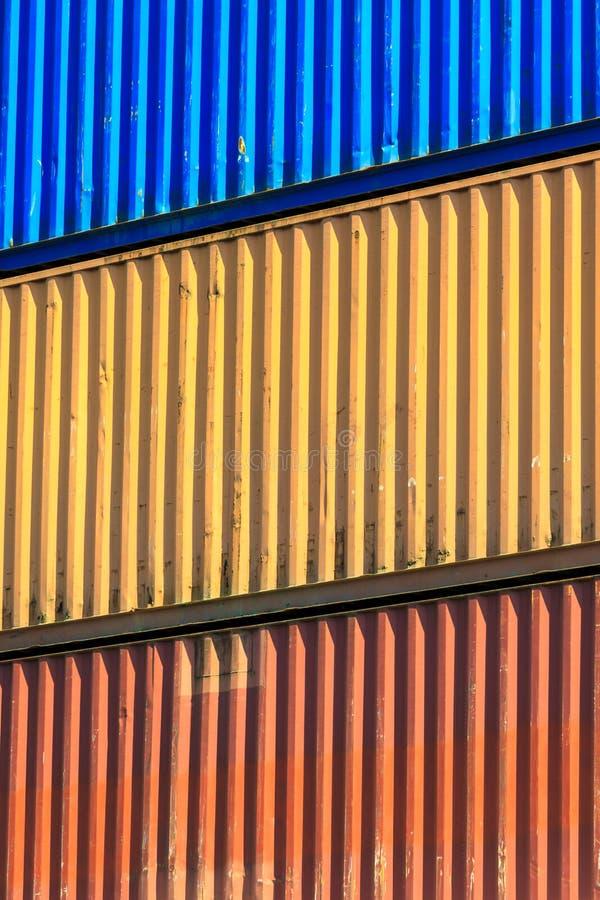 Contenitori variopinti impilati in porto fotografie stock libere da diritti