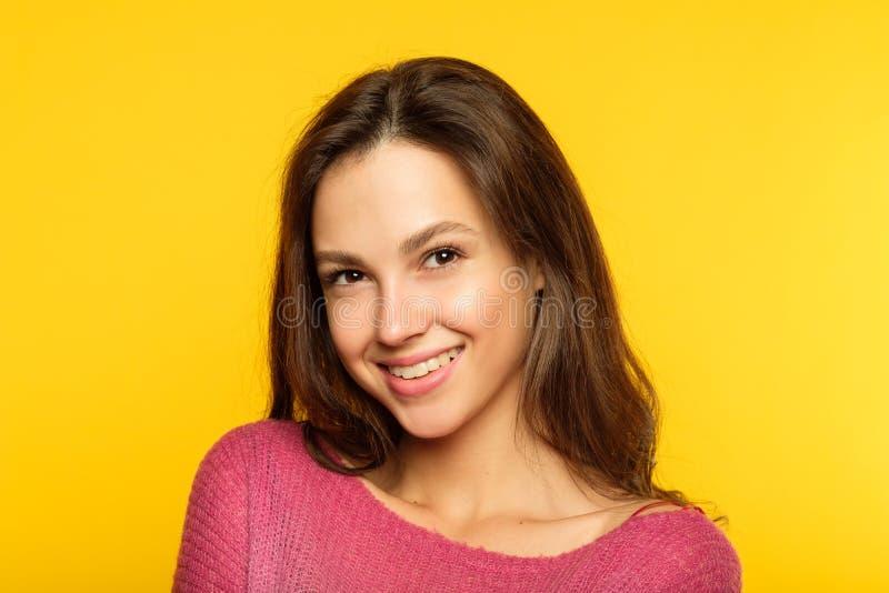 Content de soi heureux de sourire de femme de visage d'émotion photographie stock