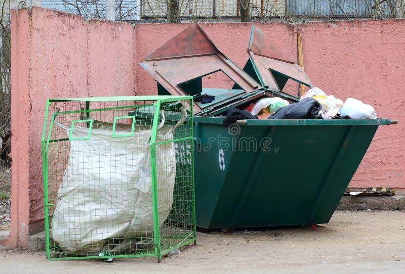 Contentor grande completamente do lixo, recipiente da malha para a coleção de desperdício separada foto de stock royalty free
