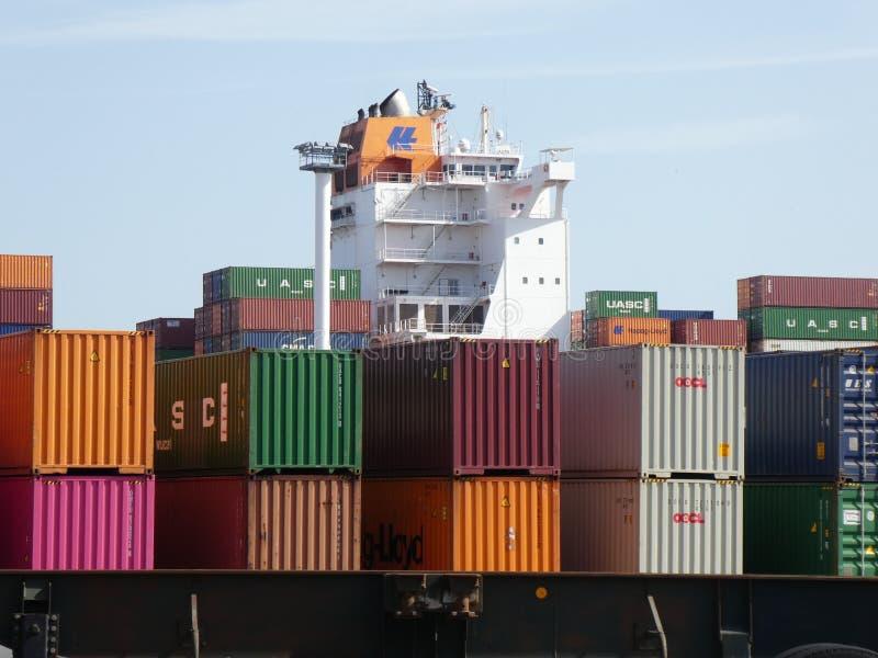Contentores coloridos empilhados em um terminal no porto marítimo de Le Havre, França, Europa fotografia de stock royalty free