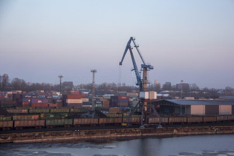 Contentores e depósito de combustível do frete nas docas na exportação e no negócio da importação logísticos Porto de comércio, c fotos de stock