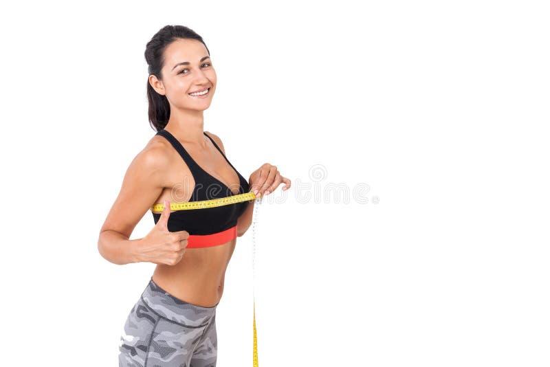 Contenuto della donna con la sua dimensione del seno immagini stock