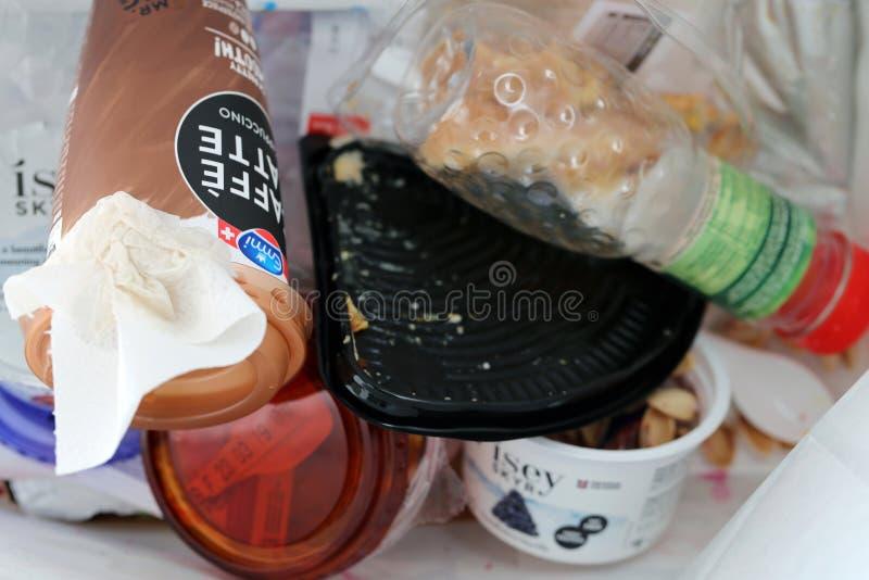 Contenuto di un recipiente dei rifiuti in Svizzera immagine stock