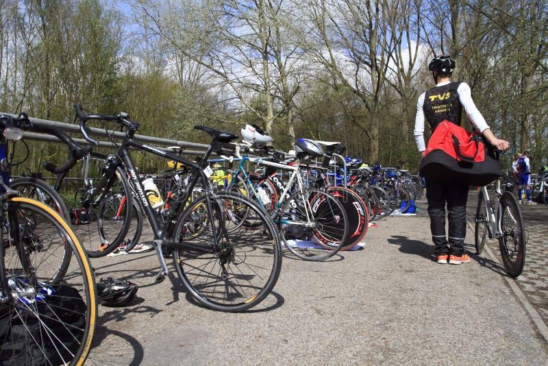 Contestant obtenant avec son vélo devant le chemin photo libre de droits