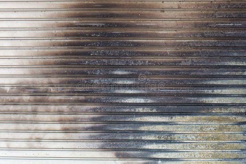 Contesto del metallo bianco con il segno di bruciatura dell'ustione del fuoco immagine stock