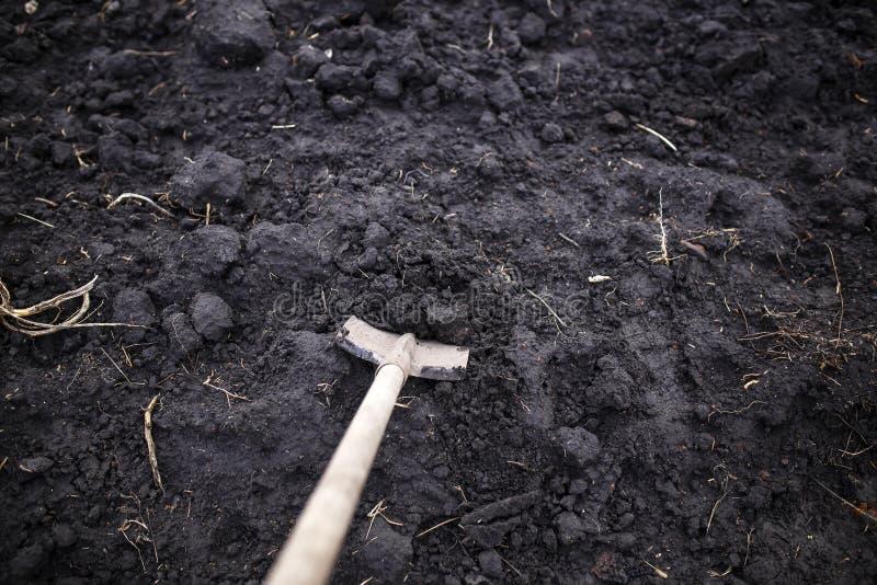 Contesto di vecchie scanalature nel terreno dell'orto nell'orto autunnale durante i lavori agricoli fotografia stock libera da diritti