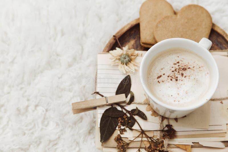Contesto domestico accogliente di inverno, tazza di caffè, vecchia carta d'annata su fondo bianco fotografia stock