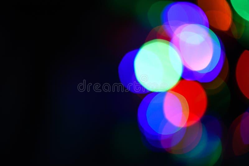 Contesto festivo con le luci variopinte Atmosfera luminosa e festiva della festa venente Bokeh variopinto astratto fotografia stock libera da diritti