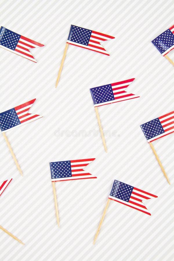 Contexte abstrait avec décoration de table Festif avec accessoires de drapeaux américains Patriotisme, concept de vacances images stock
