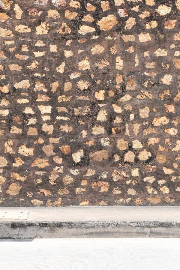 Contexte d'un mur en pierre et des voies photos stock
