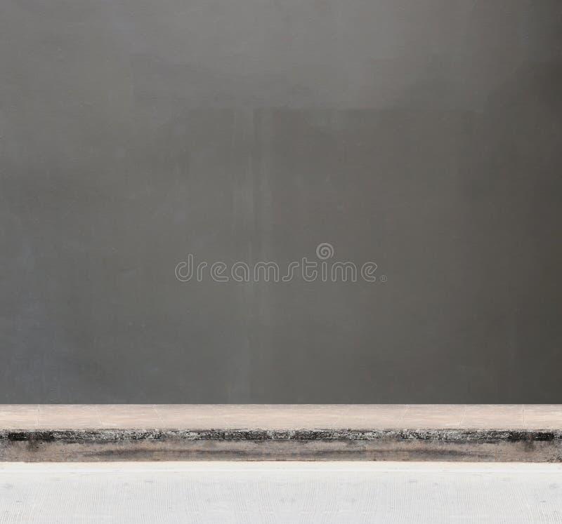 Contexte d'un mur gris et des voies de ciment photos stock
