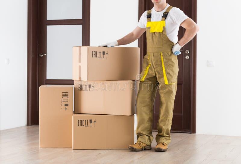 Contexte de la livraison Homme de travailleur dans l'uniforme au travail photo libre de droits
