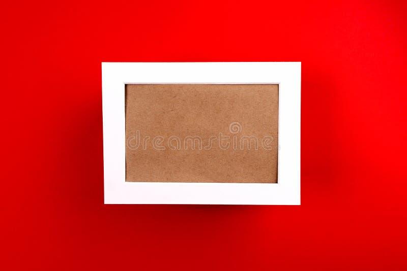 Contexte de Noël Cadre blanc sur fond rouge photo stock