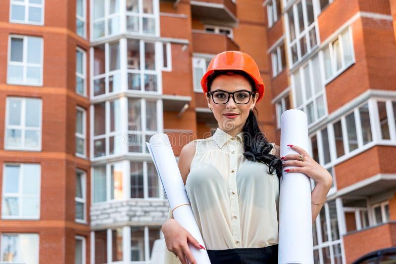 Contexte du chantier pour la femme aux plans images stock