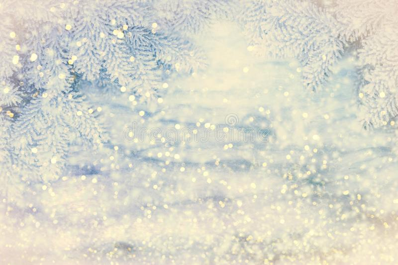 Contexte hivernal Paysage des neiges de Noël avec des enneigements et des branches d'épinettes Flammes et lumières en chute libre photo libre de droits