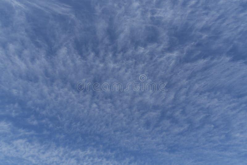 Contexte ou recouvrement de ciel bleu montrant le mouvement de nuage photographie stock