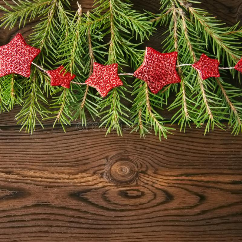 Contexto de la Navidad Ramas de árbol de abeto y guirnalda roja de la estrella en a fotografía de archivo libre de regalías
