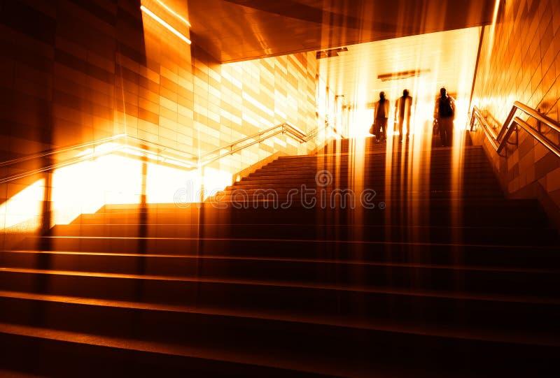 Contexto del transporte del metro del grupo de personas que entra imagen de archivo