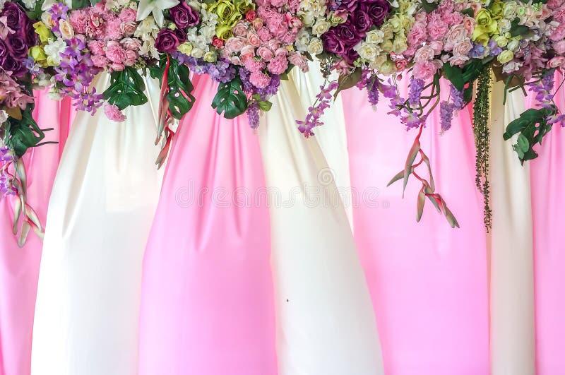 Contexto rosado y blanco hermoso de la materia textil con la cubierta de las flores usada como plantilla imagen de archivo