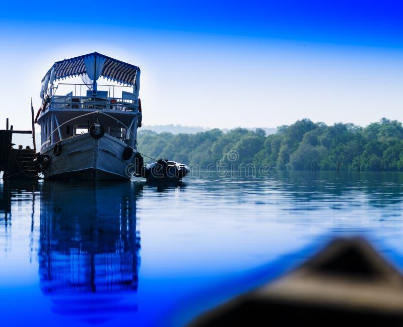 Contexto vívido horizontal do fundo da paisagem do barco do navio do rio imagem de stock royalty free