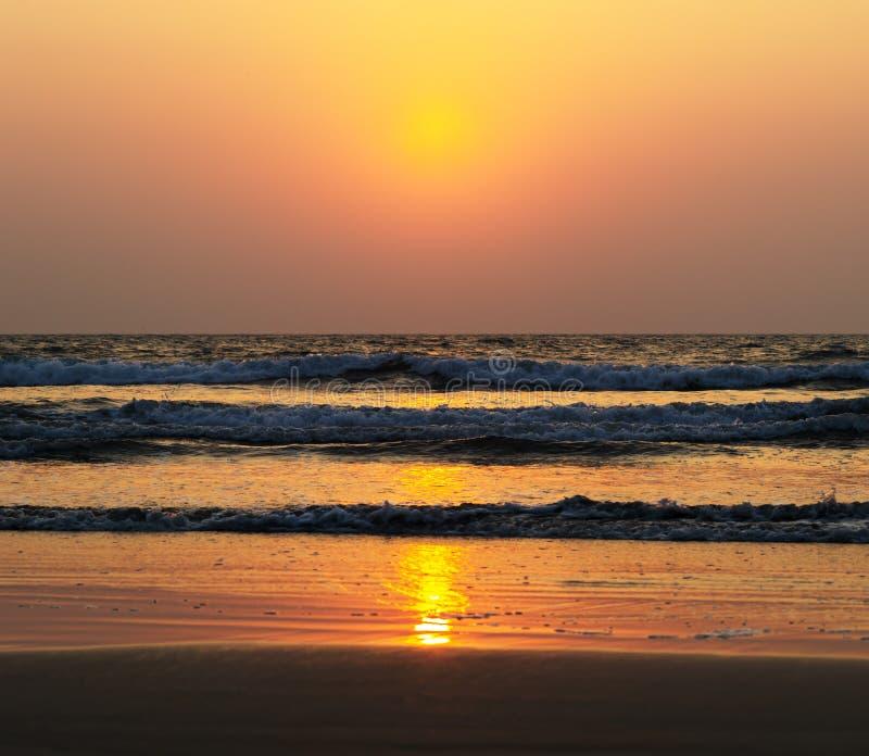 Contexto vívido horizontal do fundo dos maremotos do por do sol do oceano foto de stock royalty free
