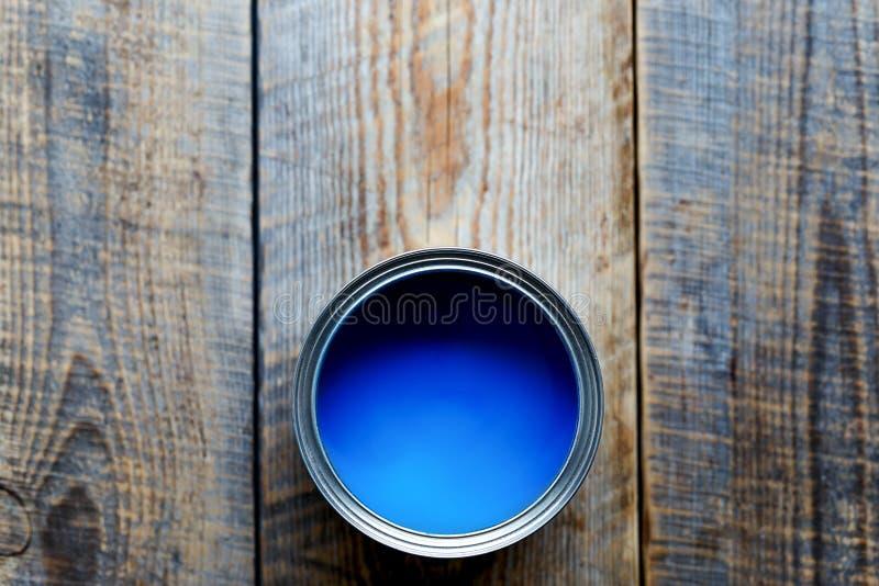 Conti con pittura blu che sta su punto di vista superiore dei bordi di legno fotografia stock
