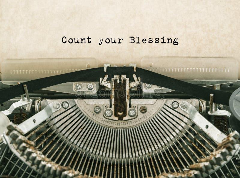 Conti la vostra benedizione scritta le parole a macchina su una macchina da scrivere d'annata fotografie stock libere da diritti