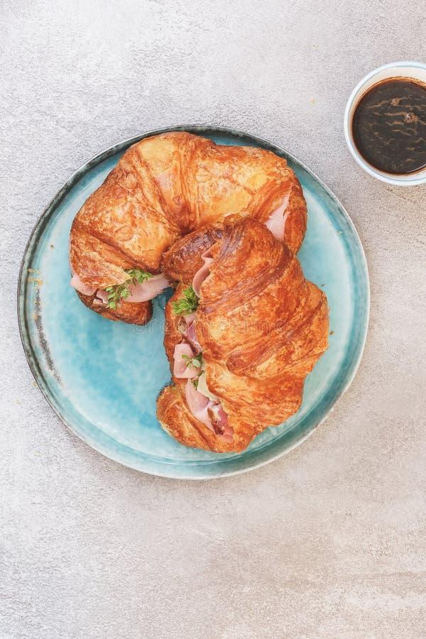 Continentaal ontbijt met croissant en koffie royalty-vrije stock foto's