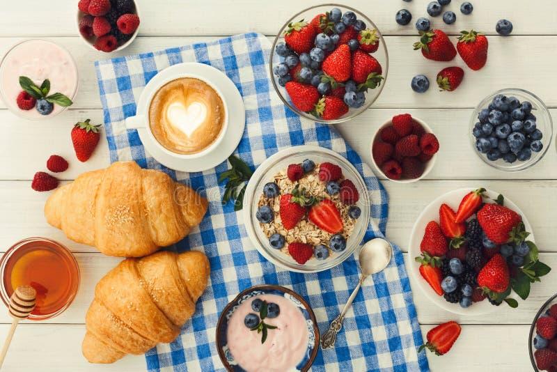 Continentaal ontbijt met croissants en bessen op geruit c royalty-vrije stock afbeelding