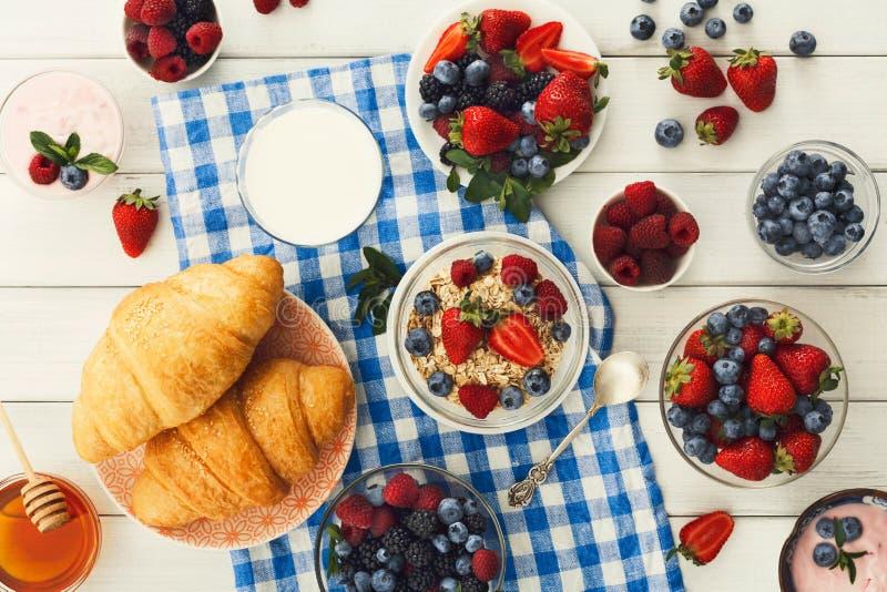 Continentaal ontbijt met croissants en bessen op geruit c royalty-vrije stock foto