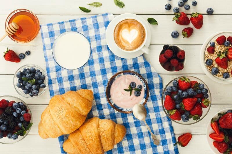 Continentaal ontbijt met croissants en bessen op geruit c royalty-vrije stock foto's