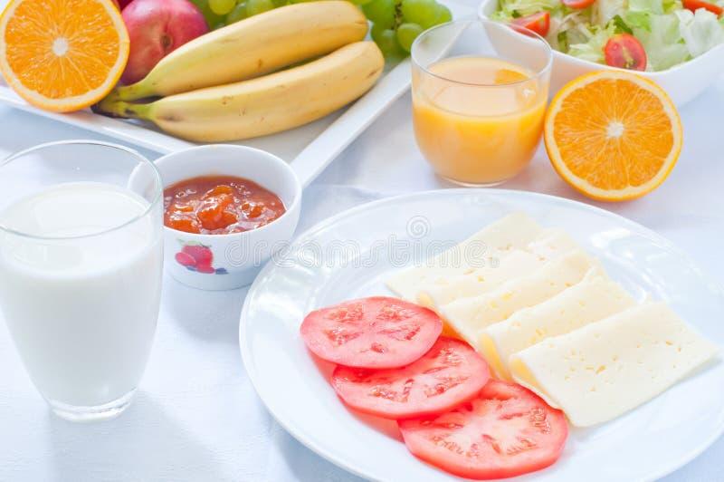 Continentaal ontbijt met fruit, koffie, kaas royalty-vrije stock foto's