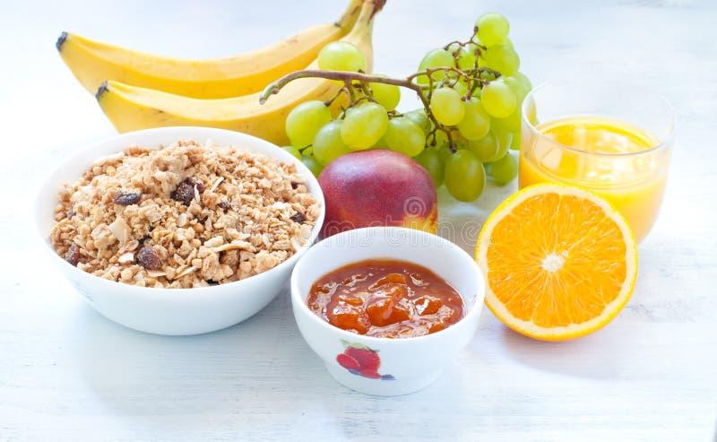 Continentaal ontbijt met fruit, koffie, kaas royalty-vrije stock fotografie