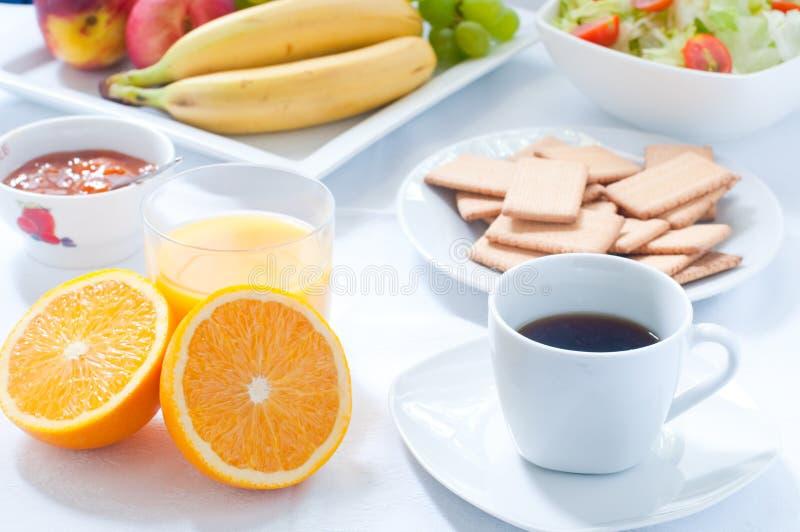 Continentaal ontbijt met fruit, koffie, kaas, groenten stock foto's
