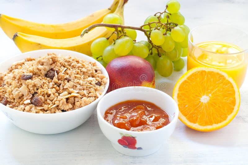 Continentaal ontbijt met fruit, koffie, kaas, groenten stock foto