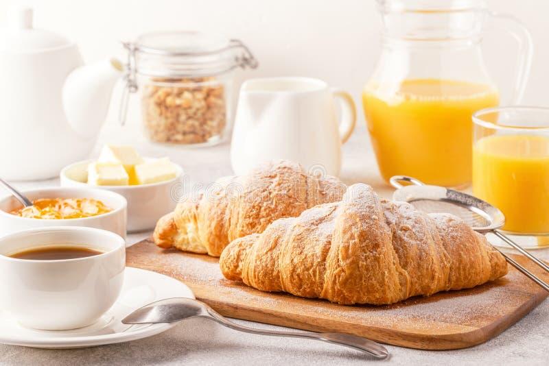 Continentaal ontbijt met verse croissants, jus d'orange en mede royalty-vrije stock afbeelding